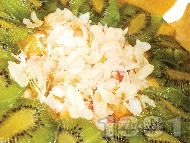 Торта шарлота с бишкоти, сирене маскарпоне, ванилов крем, киви, праскови и бадеми за десерт (с желатин)